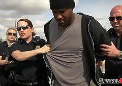 Il raper amatoriale fa un triangolo molto caldo con due poliziotti di tettona