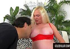 Bionda Nonna Sara Skippers gode di ottenere la sua figa tesa da una lunga verga