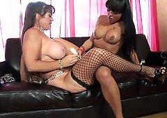 Old Slut and Stupenda Brunette ha un dildo cazzo sul divano