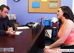 Grandi Tette Rachele Richey scopa il suo capo sulla scrivania - Dispettosa America