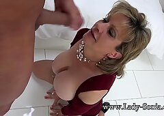 Lady Sonia tardona slut olio up and sucking cazzo