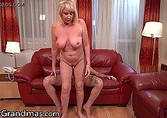 LustyGrandmas assetato nonna vuole assaggiare il servizio in camera Guy & # 039_s Big Verga