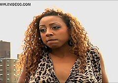 L'attrice Big Prosperosa Ebano cammina nuda su Moive Set alla fine del video