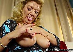 La proprietà USA Nonna Karen dà la sua vecchia figa un piacere