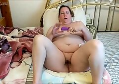 Fat milf giving herself an orgasm using a hitachi