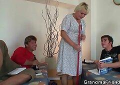 La vecchia secca nonna prende 2 cazzi da entrambi i lati