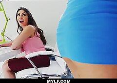 Mylf - tardona lesbica boss scopa adolescente piccola dipendente