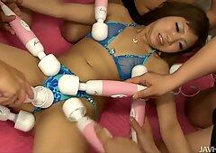 Gioco pazzo giocattolo durante un'orgia selvaggia con uno speciale arrapato pollastrella Mahiru Tsubaki