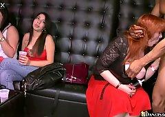 Un gruppo di donne arrapato sta succhiando un delizioso e grasso cazzo