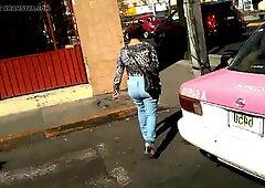 UNA Madura con jeans Apretados Hasta El Culo