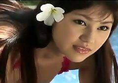 Jenny torrida e sexy sembra stupenda nel suo bikini proprio vicino alla piscina