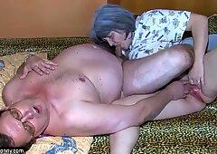 Oldnanny Old Nonna e nonno si sta godendo con la giovane donna