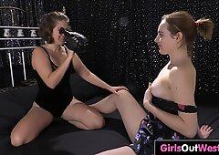 Ragazze lesbiche con fiche tagliate fanno cassetta porno