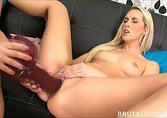Bionda avvitando il suo Platinum-Bionda Fidanzata con 2 massicci dildo brutale in HD