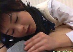 Studentessa giapponese succhia il cazzo e ottiene scopata intensa hardcore