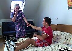 Nonna si fa fottuta da un giovane pickuper