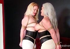Dos pantera lesbianas besandose mientras estan atadas