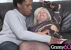 Hot nonna gode di una tettina cazzo e un culo martellante con un spesso nera cazzo
