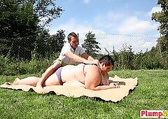 Grasso Pollastrella con enormi curve viene massaggiata e oralmente gradevole