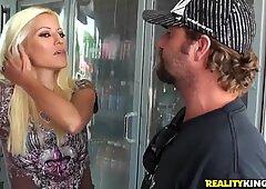 Blondie sessuale e Carina Tardona piace il cazzo caldo