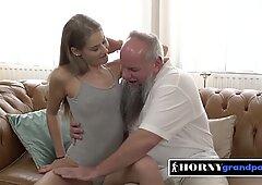 Giovanissima focosa è ossessionata dal grosso cazzo duro di nonno