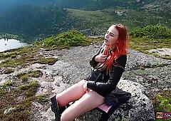 Ragazza ha deciso di rilassarsi, masturbarsi la figa e ottenere un orgasmo in alta montagna!