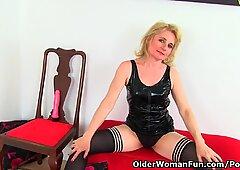 Inglese mummy diana inserisce la sua figa con un dildo rosa