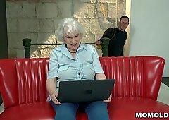 Nonna dai capelli lattiginosi scandagliata da verga giovanile