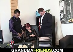 Due tizi condividere nudi hot ufficio signora