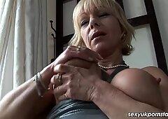 Britannico Milf Jane Bond scende con il suo dildo