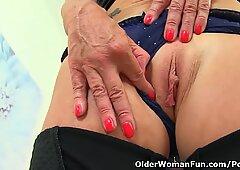 Inglese nonna sapphire louise ama ancora ditalino la sua figa