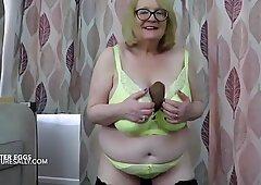 Tettona Britannico nonna lampeggia le sue grandi uova di Pasqua