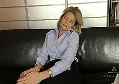 Tardona figa sul divano pelle