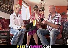 Il ragazzo trova una vecchia coppia con una fidanzata adolescente che scopa