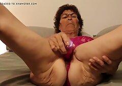 Tardona nonna usando vibratore