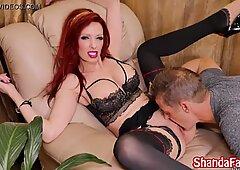 Shanda Fay ha il suo modo ti fa mangiare la sua figa & amp_ la tua sperma!